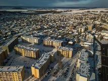 Vista aérea da cidade pequena em Lituânia, Joniskis Dia de inverno ensolarado fotos de stock royalty free