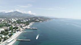 Vista aérea da cidade próximo do mar com barco video estoque