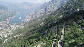 Vista aérea da cidade velha de Kotor e da estrada velha video estoque