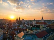 Vista aérea da cidade velha de Praga com o céu surpreendente do por do sol fotos de stock royalty free