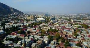 Vista aérea da cidade velha de Tbilisi da parte em Georgia Tile Roofs, construções modernas da igreja Voo do zangão vídeos de arquivo