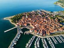 Vista aérea da cidade velha Izola no Eslovênia, arquitetura da cidade bonita no por do sol Costa de mar do adriático, península d imagem de stock