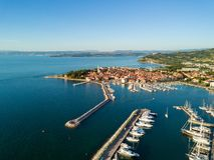 Vista aérea da cidade velha Izola no Eslovênia, arquitetura da cidade com o porto no por do sol Costa de mar do adriático, peníns foto de stock royalty free