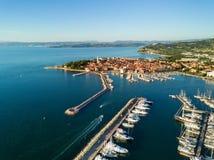 Vista aérea da cidade velha Izola no Eslovênia, arquitetura da cidade com o porto no por do sol Costa de mar do adriático, peníns fotos de stock