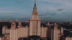 Vista aérea da construção principal da universidade estadual de Moscou na luz do sol de ajuste filme