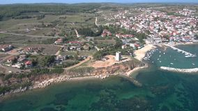 Vista aérea da costa com porto pequeno e vídeos de arquivo
