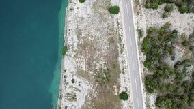 Vista aérea da costa da Croácia, das estradas de enrolamento e das angras com mar claro Costa da ilha do Pag filme