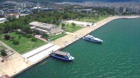 Vista aérea da costa de Tessalónica com seu teatro real e de dois barcos, movimento circular pelo zangão, movimento circular pelo video estoque