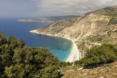 Vista aérea da costa da montanha, da praia da areia e do mar azul imagem de stock