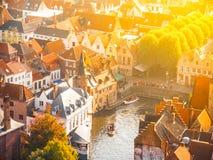 Vista aérea da doca do rosário e dos telhados vermelhos de Bruges, aka de Bruges, Bélgica No dia ensolarado do outono com sol Imagem de Stock Royalty Free