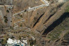 Vista aérea da escadaria do porto à cidade de Thira, Santorini imagem de stock royalty free