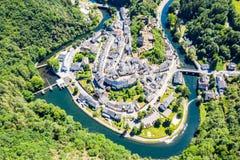 Vista aérea da Esch-sur-certo, cidade medieval em Luxemburgo, dominado pelo castelo, cantão Wiltz em Diekirch fotografia de stock royalty free