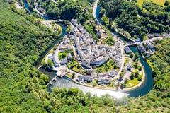 Vista aérea da Esch-sur-certo, cidade medieval em Luxemburgo, dominado pelo castelo, cantão Wiltz em Diekirch fotografia de stock