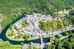 Vista aérea da Esch-sur-certo, cidade medieval em Luxemburgo, dominado pelo castelo, cantão Wiltz em Diekirch imagens de stock