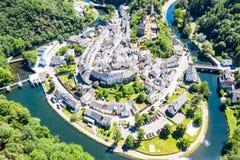 Vista aérea da Esch-sur-certo, cidade medieval em Luxemburgo, dominado pelo castelo, cantão Wiltz em Diekirch fotos de stock