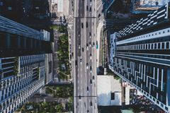 Vista aérea da estrada asfaltada da cidade com lote dos veículos ou o tráfego e as construções de carro, interseções urbanas mode fotos de stock