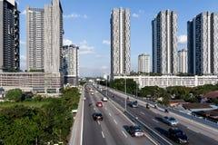 Vista aérea da estrada asfaltada da cidade com lote dos veículos ou o tráfego e as construções de carro, interseções urbanas mode imagens de stock