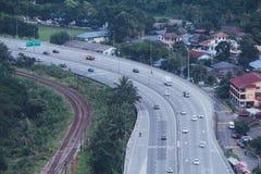 Vista aérea da estrada asfaltada da cidade com lote dos veículos ou o tráfego e as construções de carro, interseções urbanas mode foto de stock