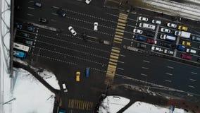 Vista aérea da estrada com carros e ônibus tráfego no tempo de inverno com ponte de estrada de ferro Gire ao redor a junção de es vídeos de arquivo