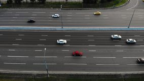 Vista aérea da estrada com movimentação dos carros e dos caminhões video estoque