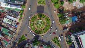 Vista aérea aérea da estrada dada forma circular, situada em Vietname filme