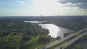 Vista aérea da estrada, do rio e da cidade no horizonte video estoque
