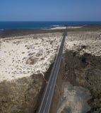Vista aérea da estrada litoral que cruza as praias e as angras do ³ n Blanco de Mojà e da espiral Caleta Lanzarote, Ilhas Canária fotos de stock