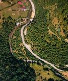 Vista aérea da estrada na montanha fotos de stock royalty free