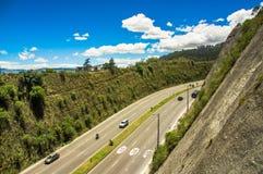 Vista aérea da estrada nas montanhas para visitar a descarga municipal na cidade de Quito, Equador fotografia de stock