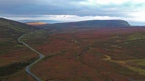 Vista aérea da estrada da passagem de montanha de Quiraing durante o nascer do sol na cara oriental de na Suiramach de Meall, ilh vídeos de arquivo