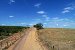 Vista aérea da estrada rural com paisagem bonita foto de stock