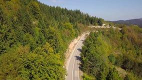 Vista aérea da estrada serpentina vazia da montanha Croácia filme