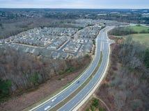 Vista aérea da estrada suburbana em Geórgia norte com as casas típicas na região Fotos de Stock Royalty Free