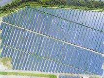Vista aérea da exploração agrícola do painel solar imagens de stock