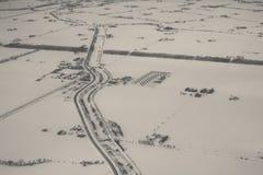 Vista aérea da exploração agrícola e da estrada no inverno fotos de stock