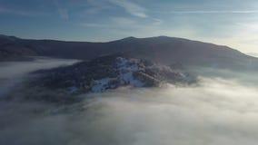 Vista aérea da floresta enevoada na paisagem do inverno vídeos de arquivo
