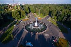 Vista aérea da fonte no parque no por do sol Fotografia de Stock Royalty Free