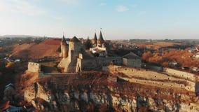 Vista aérea da fortaleza de Kamianets-Podilskyi em Ucrânia Castelo construído no século XIV no rio de Smotrych Arquitetura de video estoque