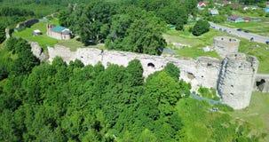 Vista aérea da fortaleza destruída antiga do zangão Koporye St Petersburg Rússia video estoque