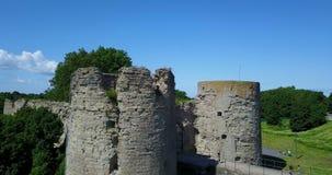 Vista aérea da fortaleza destruída antiga do zangão Koporye St Petersburg Rússia filme