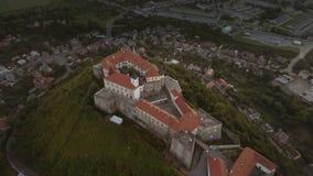 Vista aérea da fortaleza medieval de Palanok do castelo de Mukachevo em Ucrânia ocidental video estoque