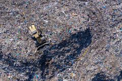 Vista aérea da grande operação de descarga Desperdice a descarga de lixo, poluição ambiental imagens de stock