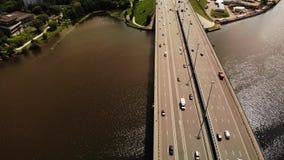 Vista aérea da grande ponte do automóvel, em que muita movimentação dos carros vídeos de arquivo