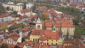 Vista aérea da igreja da arquitetura da cidade de St James e de Ljubliana filme