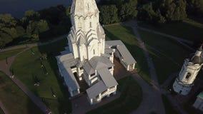 Vista aérea da igreja da ascensão no rio de Moscou no parque de Kolomenskoye filme