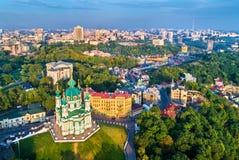 Vista aérea da igreja de St Andrew e descida de Andriyivskyy, arquitetura da cidade de Podil Kiev, Ucrânia Foto de Stock Royalty Free