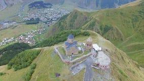 Vista aérea da igreja de trindade de Gergeti vídeos de arquivo
