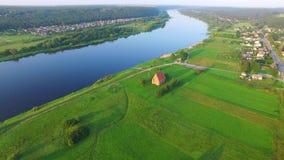 Vista aérea da igreja pequena filme