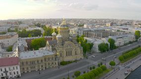 Vista aérea da igreja da suposição e da terraplenagem de Neva River em Petersburgo na noite no por do sol video estoque