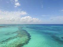 A vista aérea da ilha arenosa dos dedos do pé, Bahamas encalha Imagem de Stock